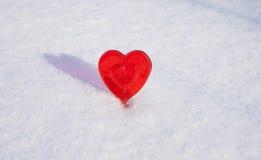 Coeur de Valentines du bonbon un fait de sucre avec l'effet de réflexion sur la neige images stock
