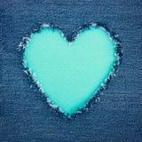 Coeur de vintage de turquoise sur le tissu bleu de denim Photographie stock libre de droits