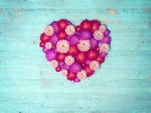 Coeur de vintage des fleurs sur la table en bois Photographie stock