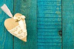 Coeur de vintage sur le fond en bois bleu Image stock