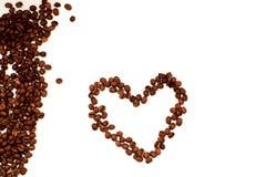 Coeur de vue en gros plan de grains de café de photographie stock
