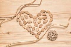 Coeur des amandes - un symbole de l'amour image libre de droits