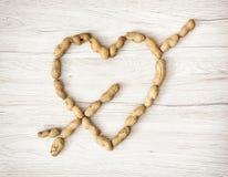 Coeur des arachides sur le fond en bois, Saint-Valentin Photographie stock libre de droits