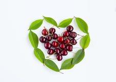 Coeur des baies et de la cerise de feuilles sur le fond blanc Photos stock