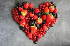 Coeur des baies fraîches sur le panneau foncé, vue supérieure image libre de droits