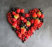 Coeur des baies fraîches sur le panneau foncé, vue supérieure photo stock