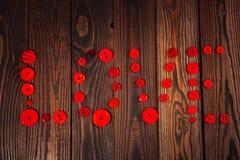 Coeur des boutons rouges, le concept de la Saint-Valentin, CCB en bois Photo libre de droits