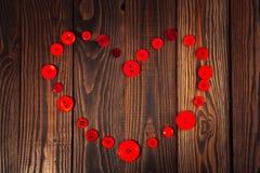 Coeur des boutons rouges, le concept de la Saint-Valentin, CCB en bois Photos stock