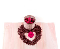 Coeur des cerises de grains de café avec la fleur, étoile de mer Photographie stock libre de droits