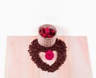 Coeur des cerises de grains de café avec la fleur Image libre de droits