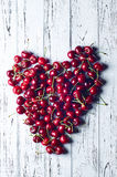 Coeur des cerises Des cerises garnies d'un grand coeur Photo libre de droits
