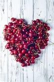 Coeur des cerises Des cerises garnies d'un grand coeur Photographie stock libre de droits