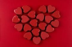 Coeur des coeurs rouges de sucrerie sur le fond de papier rouge-foncé Carte de jour de Valentine images stock