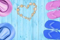Coeur des coquilles, amour à la plage images stock