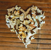 Coeur des coraux blancs sur le fond en bois Décor d'amour de vintage de la conclusion de plage Photographie stock