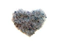 Coeur des cristaux bleus du sel de mer Photos stock