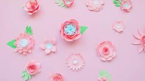 Coeur des fleurs de papier roses sur le fond rose banque de vidéos