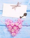 Coeur des fleurs et des pétales roses, clé d'Empty tag et de vintage Photo libre de droits