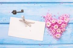 Coeur des fleurs et des pétales roses, clé d'Empty tag et de vintage Image libre de droits
