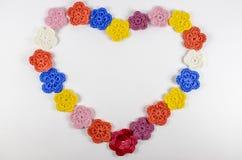 Coeur des fleurs faites du crochet de la laine photos stock