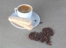 Coeur des grains de café avec des biscuits d'expresso et de savoiardi de tasse Image libre de droits