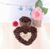 Coeur des grains de café et de la pistache avec la fleur, étoile de mer Image stock