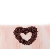Coeur des grains de café et des étoiles de mer Photo libre de droits