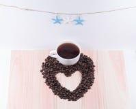 Coeur des grains de café et du café de tasse et noir blanc avec le starfi Images stock