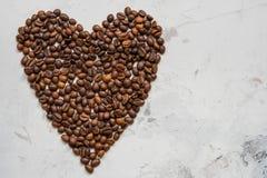 Coeur des grains de café sur un fond blanc Photo libre de droits