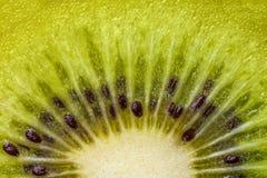 Coeur des kiwis avec des graines en gros plan dans une coupe Image libre de droits