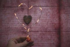 Coeur des lumières de Noël sur le fond rustique Photos libres de droits