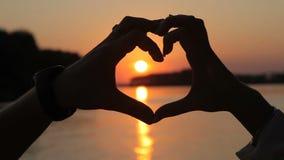 Coeur des mains d'un couple affectueux banque de vidéos