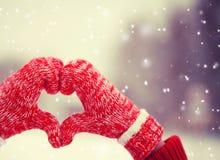 Coeur des mitaines à l'hiver Images stock
