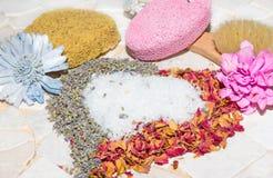 Coeur des pétales de rose, de la lavande et des cristaux de bain Photos stock