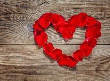 Coeur des pétales de rose sur les vieux conseils et copyspace Image libre de droits