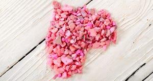 Coeur des pierres roses sur les conseils blancs Photographie stock libre de droits