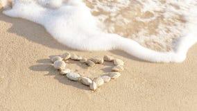 Coeur des pierres sur la plage de sable Amour conceptuel, fond de jour de valentines Mer baltique Photos stock