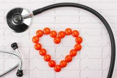 Coeur des pillules et du stéthoscope Photographie stock libre de droits