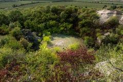 Coeur des roches placées sur l'herbe Symbole et texte d'amour entre les arbres Photo stock