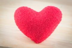 Coeur des roses rouges d'oreiller d'isolement Photos stock