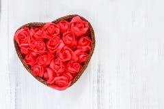 Coeur des roses rouges pour le jour de valentines sur le fond en bois Photo libre de droits