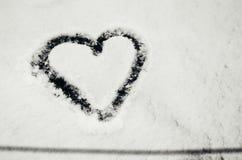 Coeur dessiné dans la neige Photo stock