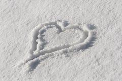 Coeur dessiné dans la neige, fond pour le jour de valentines Image stock