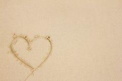 Coeur dessiné dans le sable Image stock