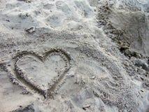 Coeur dessiné dans le sable images libres de droits