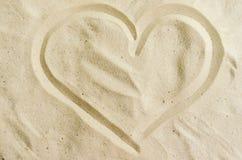 Coeur dessiné dans le sable blanc sur la plage Photo libre de droits