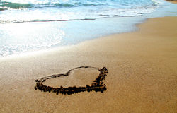 Coeur dessiné dans le sable sur la plage Photographie stock libre de droits