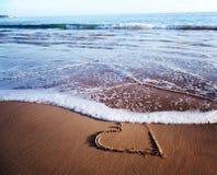Coeur dessiné dans le sable sur le rivage d'océan, vacances de plage, vaca Photographie stock libre de droits