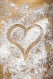 Coeur dessiné en farine Photos libres de droits