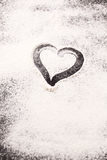 Coeur dessiné en farine dispersée Photos stock
